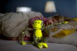 Opice svítící ve tmě plyš 45x14cm šedá/žlutá v krabici Teddies